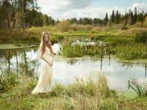 Foto av den romantiska kvinnan i felik skog royaltyfri foto
