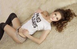 Foto av den sexiga flickan som ligger som ser kameran. Royaltyfri Fotografi