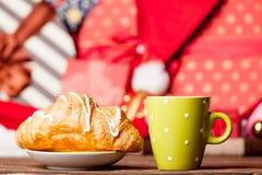 Foto av den smakliga gifflet och koppen kaffe på den underbara chrien Royaltyfria Bilder