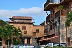 Foto av den spanska fjärdedelen med gamla hus och träbalconie Arkivfoto