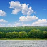 Foto av den stora floden, sikt från stranden Arkivbild