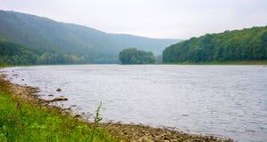Foto av den stora floden, sikt från stranden Arkivbilder