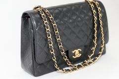 Foto av den svarta ledaren för Chanel handväskamärke på vit bakgrund arkivfoto