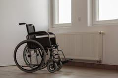 Foto av den tomma rullstolen Arkivbild