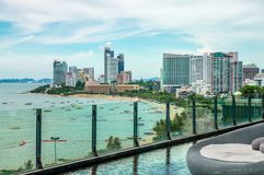 Foto av den tropiska strandstaden vid havet royaltyfria bilder