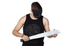 Foto av den unga mannen i maskering med handyxan Arkivbilder