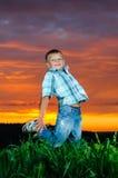 Foto av den unga pojkebanhoppningen i yttersida Arkivfoton