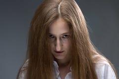 Foto av den unga psykopatkvinnan Arkivfoton