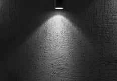 Foto av den upplysta tomma mörka inre med fläckljus Arkivbild