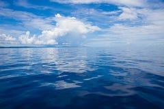 Foto av det blåa havet och tropiska himmelmoln seascape Sol över vatten, solnedgång horisontal Inget föreställer sky för seagull  Arkivfoto