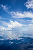 Foto av det blåa havet och tropiska himmelmoln seascape Sol över vatten, solnedgång vertikalt Inget föreställer sky för seagull f Royaltyfria Foton
