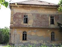Foto av det gamla förstörda huset royaltyfria bilder