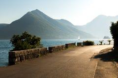 Foto av det near blåa havet för asfaltväg Arkivfoton