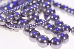 Foto av dyrbara smycken Halsband av den gråa pärlanärbilden arkivfoto