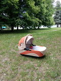 Foto av en barnvagn i natur i staden av Zhitomir Royaltyfri Bild