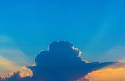 Foto av en blå himmel med moln Arkivfoton