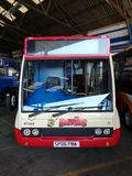 Foto av en buss en gång i service fotografering för bildbyråer