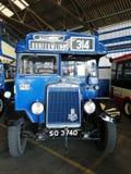 Foto av en buss en gång i service arkivbild