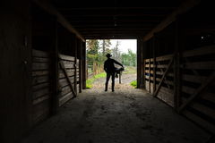 Cowboy med sadelsilhouetten Arkivfoto