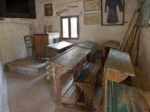 Foto av en gammal grekisk grundskola för barn mellan 5 och 11 år för gammalt klassrum Arkivbild