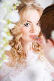Foto av en härlig blond brud i en lyxig bröllopsklänning i inre Royaltyfri Bild