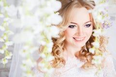 Foto av en härlig blond brud i en lyxig bröllopsklänning i inre Royaltyfri Foto
