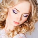 Foto av en härlig blond brud i en lyxig bröllopsklänning i inre Arkivfoton