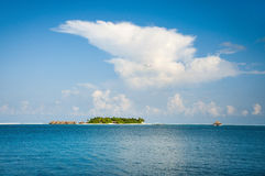 Foto av en liten ö i det indiska havet, Maldiverna Arkivfoton