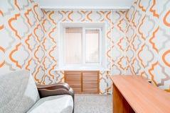 Foto av en liten lägenhet med en fönstersikt arkivbilder