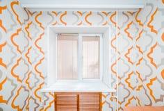 Foto av en liten lägenhet med en fönstersikt royaltyfri bild