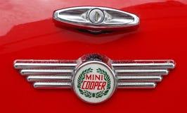 Foto av ett retro emblem för Mini Cooper billogo på en röd Mini Cooper bil fotografering för bildbyråer