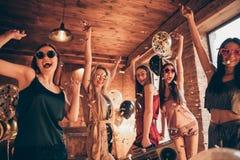Foto av extatiskt roligt skraj kallt bylte som fem charmar skratta trevliga positiva glade flickor som har semesterferiediskot arkivbilder