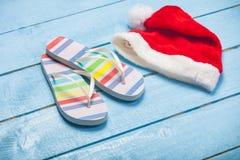 Foto av färgrika sandaler och Santa Claus på de underbara blåtten Royaltyfria Bilder