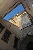 Foto av fasaden av en historisk katolsk domkyrka från uteplatsen Royaltyfri Fotografi