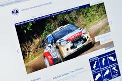 Foto av FIA-homepage på en bildskärmskärm Arkivfoton