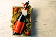 Foto av flaskan av vin med det tomma kortet i ask med glitter, Royaltyfria Bilder