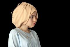 Foto av flickan det europeiska utseendet i en härlig huvudbonad, turban Royaltyfria Foton