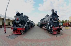 Foto av gamla svarta ångalokomotiv av Sovjetunionenet Stark distorsion från fisheyen len royaltyfria foton