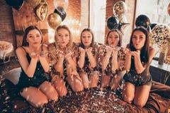 Foto av gladlynt realitet som fem är lyxig i guld- stil som charmar ursnyggt fascinerande bekymmerslöst långt haired stilfullt royaltyfri bild