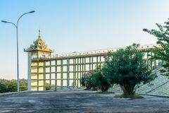 Foto av hissbyggnad på den Uppatasanti pagoden, Nay Pyi Taw, Myanmar, Feb-2018 royaltyfri foto