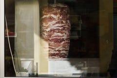 Foto av kött för shaurmamatlagning bak exponeringsglas arkivfoto