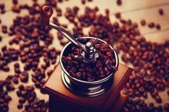 Foto av kaffekvarnen och grillade bönor på den underbara bruntet Fotografering för Bildbyråer