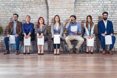 Foto av kandidater som väntar på en jobbintervju arkivfoton