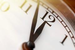 Foto av klockan som visar fem minuter till middagen Royaltyfri Bild