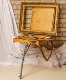 Foto av konstnärhjälpmedelasken Fall för målare` s med den bärbara staffli Th fotografering för bildbyråer
