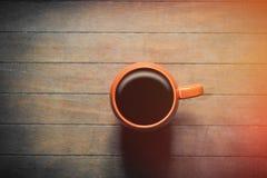 Foto av koppen av nytt kaffe på den underbara bruna träbackgen Royaltyfria Bilder