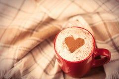 Foto av koppen kaffe och bordduken på den underbara bruntet Royaltyfri Fotografi
