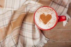 Foto av koppen kaffe och bordduken på den underbara bruntet Arkivfoto