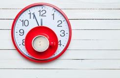 Foto av koppen kaffe på den röda klockan på den underbara viten w Arkivfoto