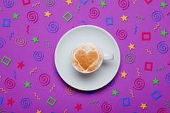 Foto av koppen kaffe på den underbara purpurfärgade bakgrunden i pop Royaltyfria Foton